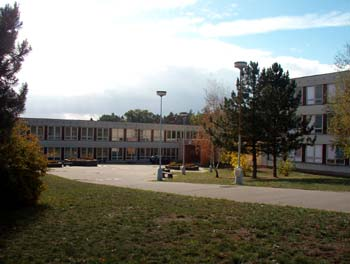 Pohled na objekt bývalé Základní školy K Lesu na Kamýku